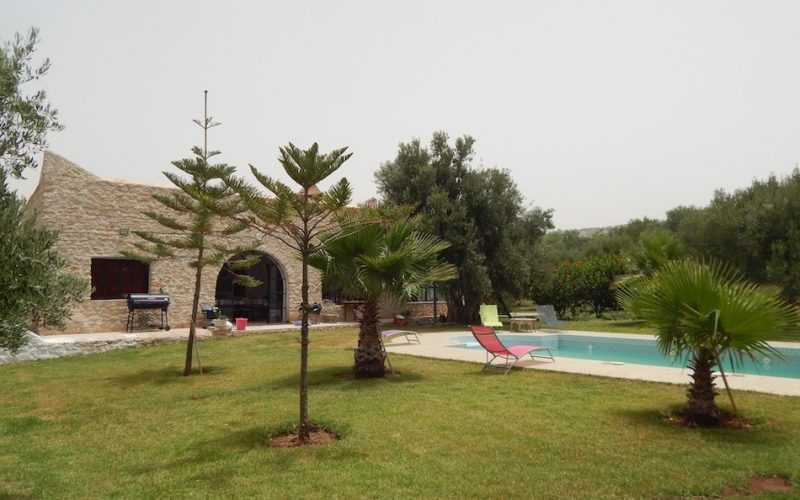 villa avec piscine a la campagne. Black Bedroom Furniture Sets. Home Design Ideas